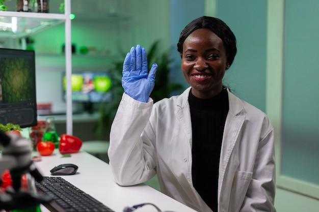 Afroamerykański biolog wita zdalnego chemika podczas wideorozmowy online