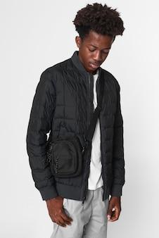 Afroamerykański chłopiec w czarnej nano kurtce puchowej zimowa sesja zdjęciowa