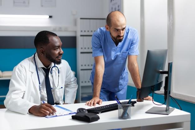 Afroamerykański lekarz lekarz monitorujący złą wiedzę na komputerze