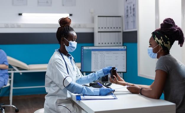 Afroamerykański lekarz z maską ochronną przeciwko covid