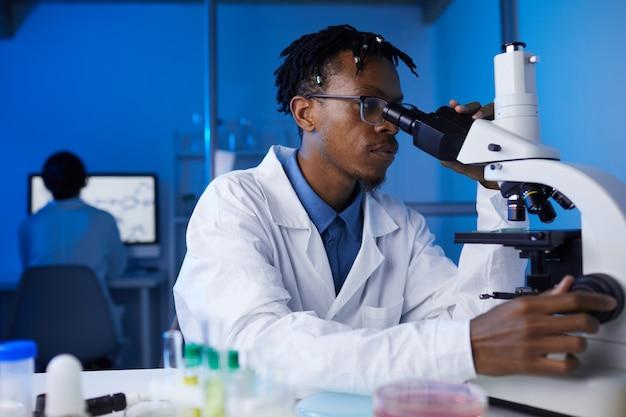 Afroamerykański mężczyzna pracujący w laboratorium
