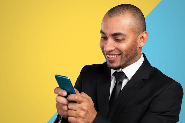 Afroamerykański mężczyzna rozmawia przez telefon komórkowy