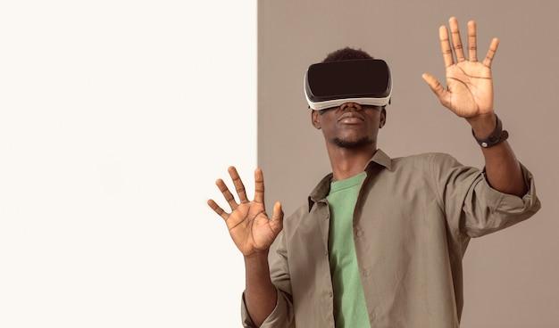 Afroamerykański mężczyzna za pomocą zestawu słuchawkowego wirtualnej rzeczywistości