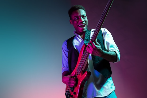 Afroamerykański muzyk jazzowy grający na gitarze basowej