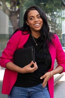 Afroamerykański oman w różowej marynarce stylowy biznesowy casualowy wygląd