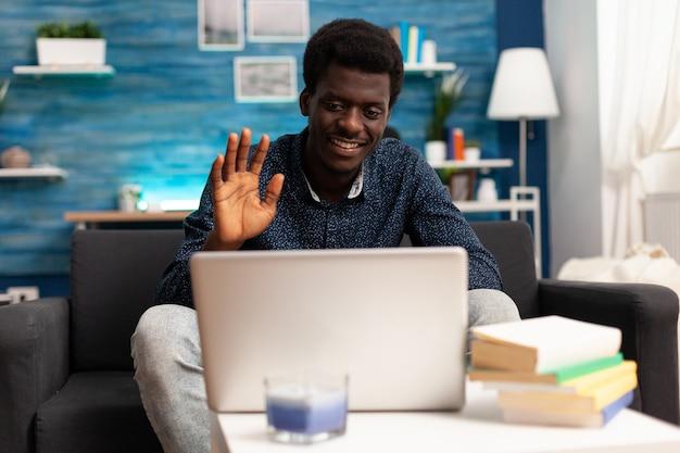 Afroamerykański przedsiębiorca podczas zdalnej rozmowy wideo