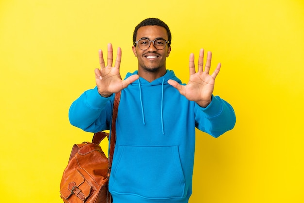 Afroamerykański student na białym tle, licząc dziewięć palcami