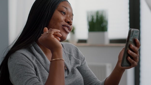 Afroamerykański student rozmawia z przyjacielem, wyjaśniając lekcję matematyki online podczas cyfrowej rozmowy wideo