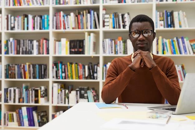 Afroamerykański student w bibliotece