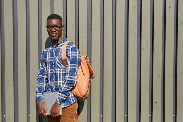 Afroamerykański uczeń pozuje w świetle słonecznym