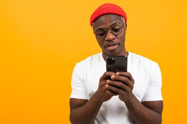 Afrykanin komunikuje się w sieci społecznościowej przez telefon