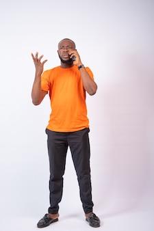 Afrykanin sprawiający wrażenie zakłopotanego podczas rozmowy telefonicznej phone