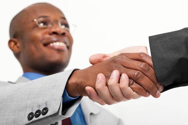 Afrykańscy biznesmena chwiania ręki z bielem jeden