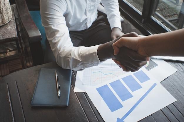 Afrykańscy biznesmeni ściskają rękę z partnerstwem