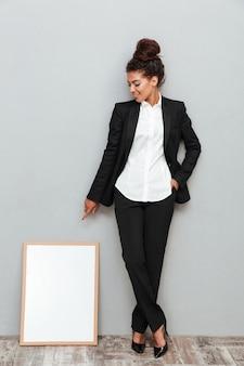 Afrykańska biznesowa kobieta blisko copyspace deski.