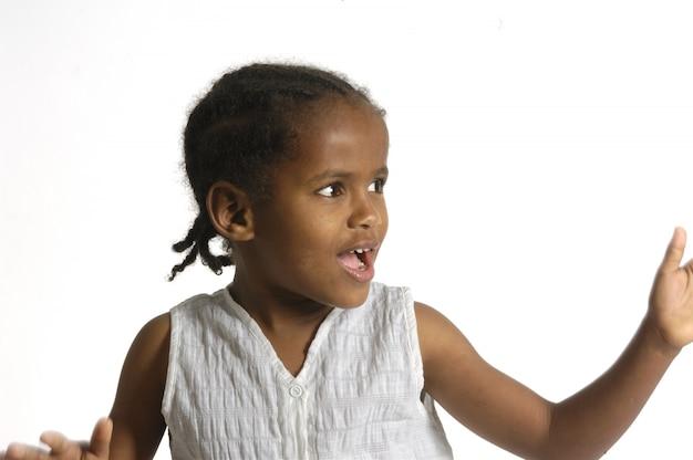 Afrykańska dziewczyna na białym tle