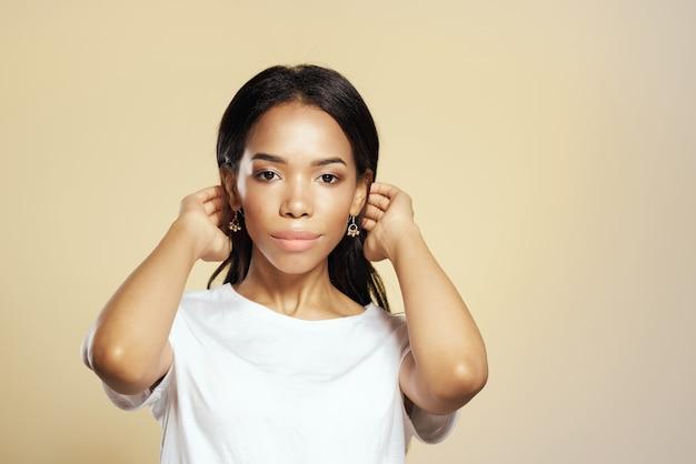 Afrykańska kobieta biała koszulka dekoracyjna kosmetyki moda