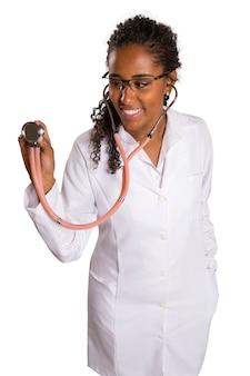 Afrykańska kobieta lekarz ze stetoskopem