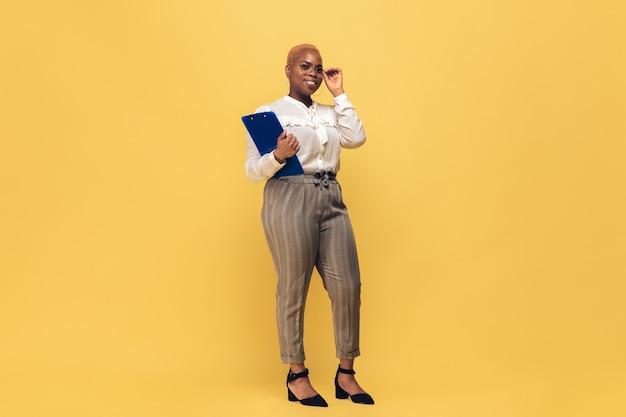Afrykańska kobieta na żółtej ścianie, copyspace
