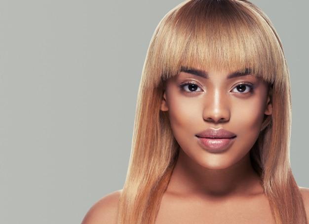 Afrykańska kobieta piękna portret dziewczyna ze zdrową skórą i pięknymi włosami. strzał studio.