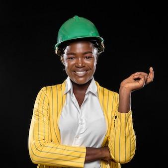 Afrykańska kobieta w żółtej kurtce i twardej czapce