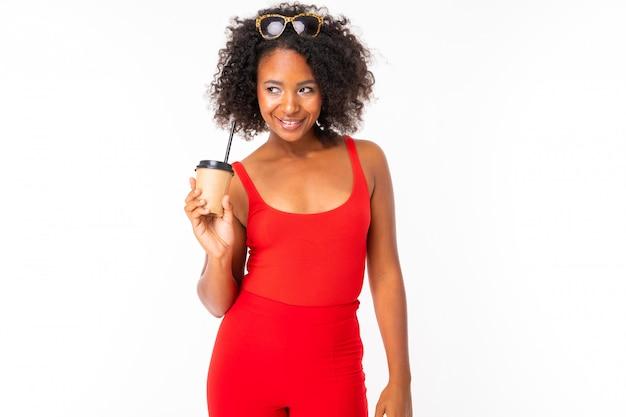 Afrykańska kobieta z filiżanką kawy, obrazek odizolowywający na biel ścianie