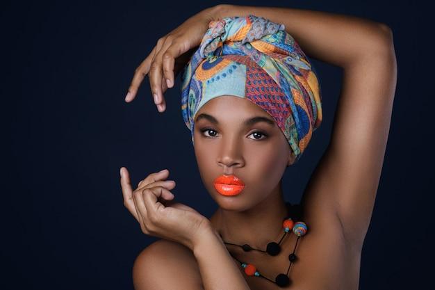 Afrykańska kobieta z kolorowym szalem na głowie