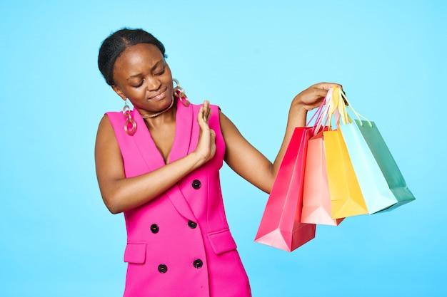 Afrykańska kobieta z różnymi torba na zakupy
