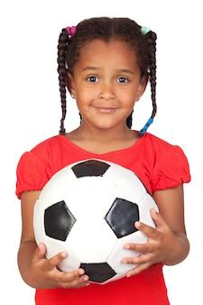 Afrykańska mała dziewczynka z piłką nożną