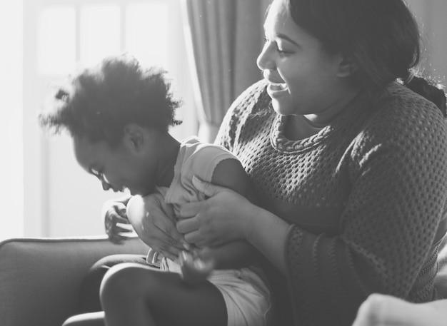 Afrykańska matka i córka dobrze się bawią razem