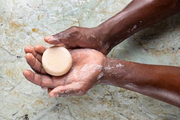 Afrykańska osoba myjąca ręce