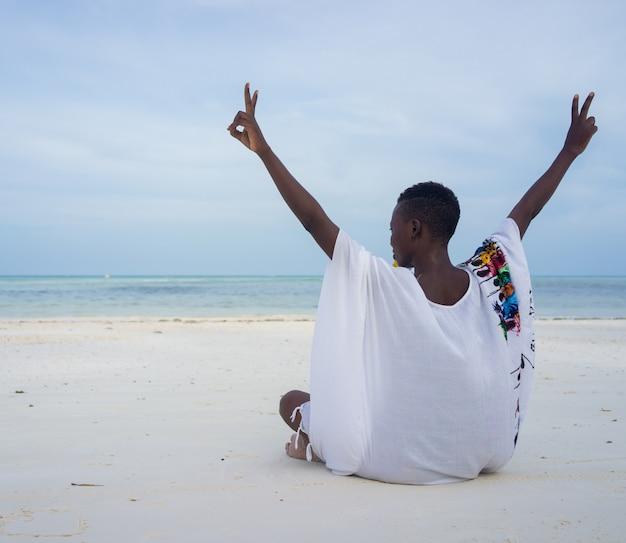 Afrykańska piękna dziewczyna na tropikalnej plaży
