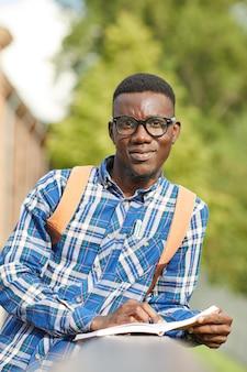 Afrykańska studencka mienie książka