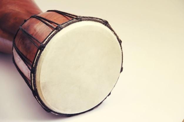Afrykański bęben djembe z bliska zdjęcie na białym tle