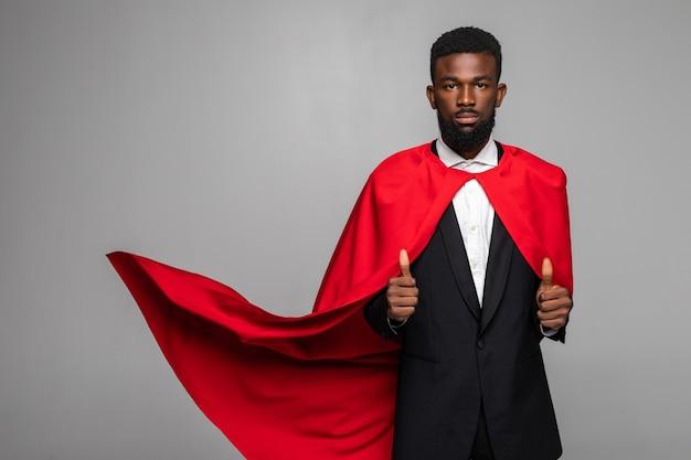 Afrykański biznesmen w garniturze z cout bohatera z kciuki do góry