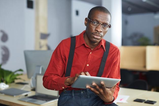 Afrykański biznesmena pozować