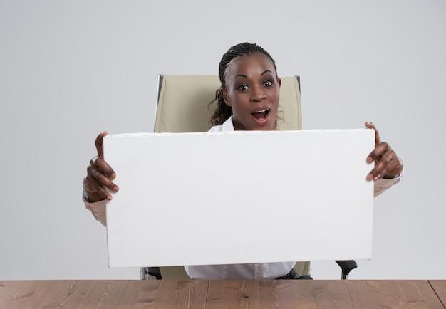 Afrykański biznesowej kobiety portreta miejsca pracy pusta biała deska