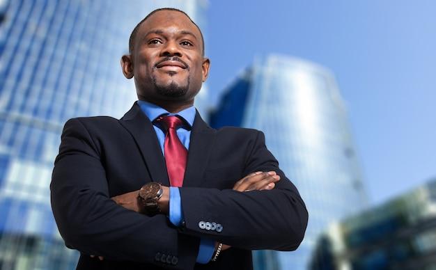 Afrykański biznesowy mężczyzna w nowożytnym miastowym położeniu