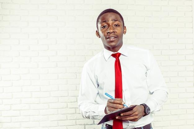 Afrykański biznesowy mężczyzna ze schowkiem