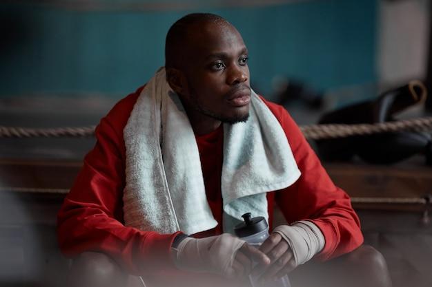 Afrykański bokser odpoczywa po walki