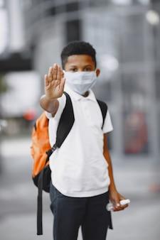 Afrykański chłopiec trzyma antyseptyk