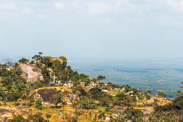 Afrykański krajobraz przyrody z czystym niebem