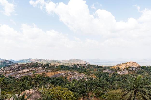 Afrykański krajobraz przyrody z niebem i górami