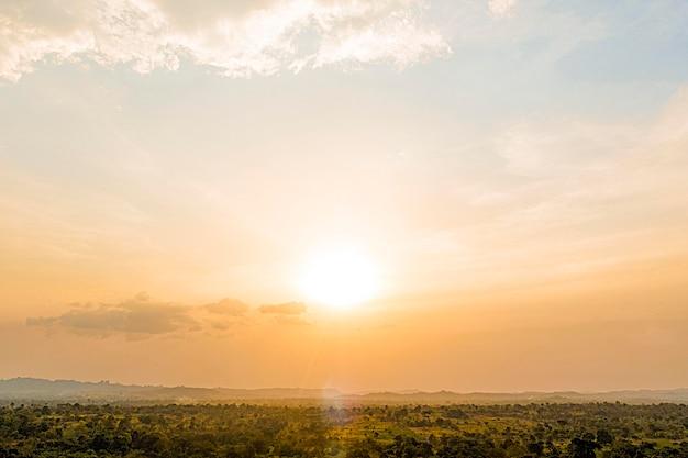 Afrykański krajobraz przyrody z niebem o zachodzie słońca