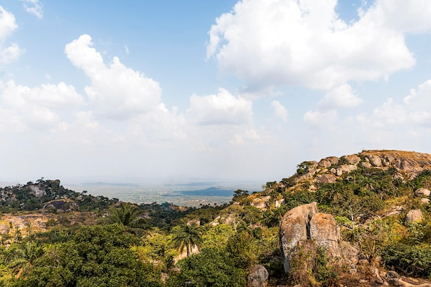 Afrykański krajobraz przyrody z pochmurnego nieba