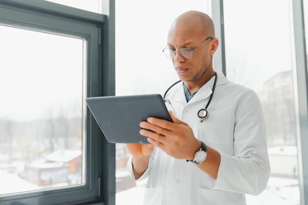 Afrykański lekarz patrząc na radiografię