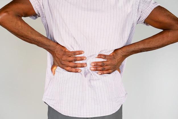 Afrykański mężczyzna, ból w dolnej części pleców.