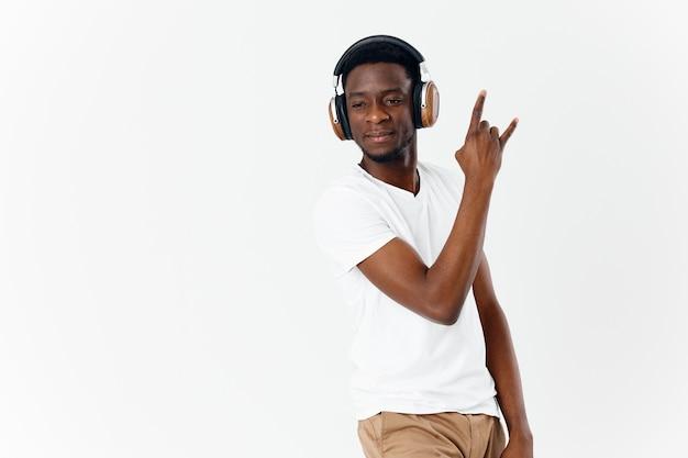 Afrykański mężczyzna nosi słuchawki muzyka zabawa technologia światło tło