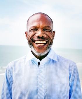 Afrykański mężczyzna plaży wakacje stylu życia portreta pojęcie