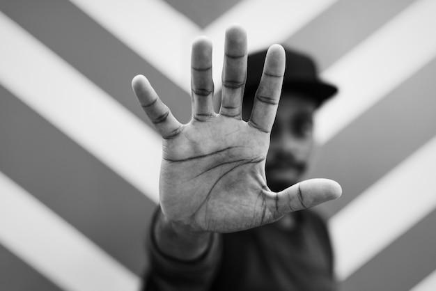 Afrykański mężczyzna robi rozmowie ręki pozy